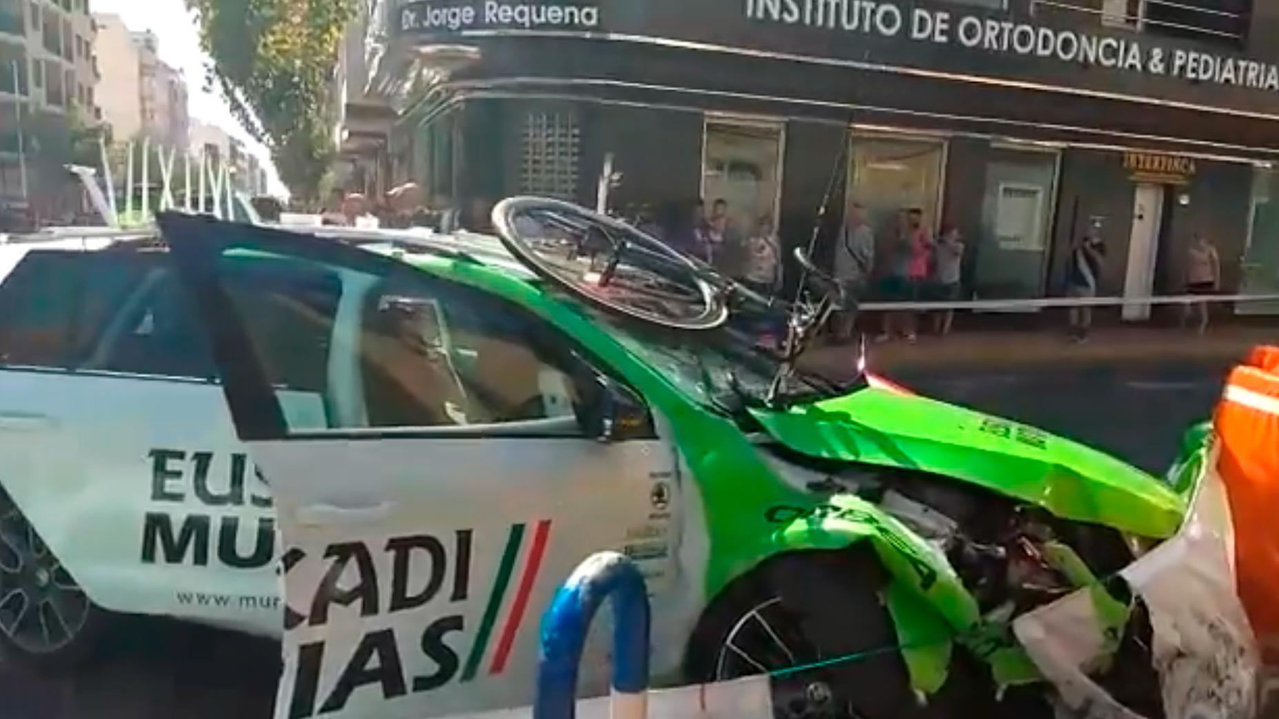 Vídeo | La Vuelta Ciclista 2019 empieza con un aparatoso accidente de un vehículo que seguía a su equipo