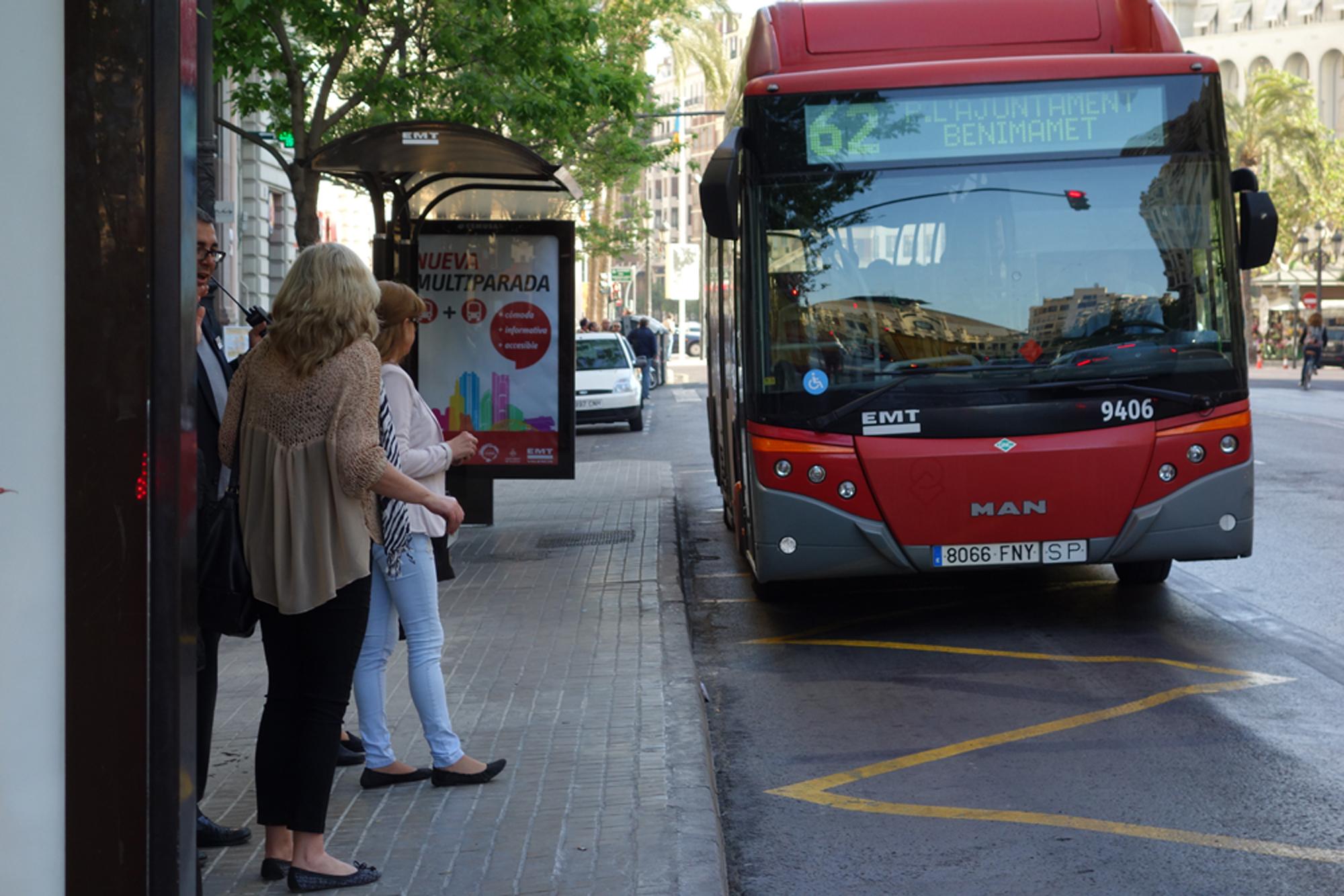 Un hombre abusa sexualmente de una mujer que esperaba el autobús en Valencia