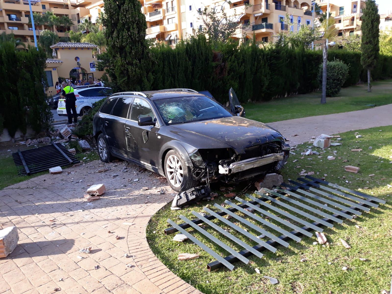 Así quedó el coche que estampó un menor de 13 años contra un colegio