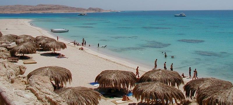Un policía nacional fuera de servicio salva la vida a una mujer que se estaba ahogando en una playa de Egipto