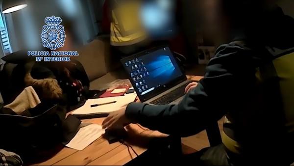 La Policía Nacional detiene a tres personas y libera a cuatro mujeres prostituidas en Baracaldo