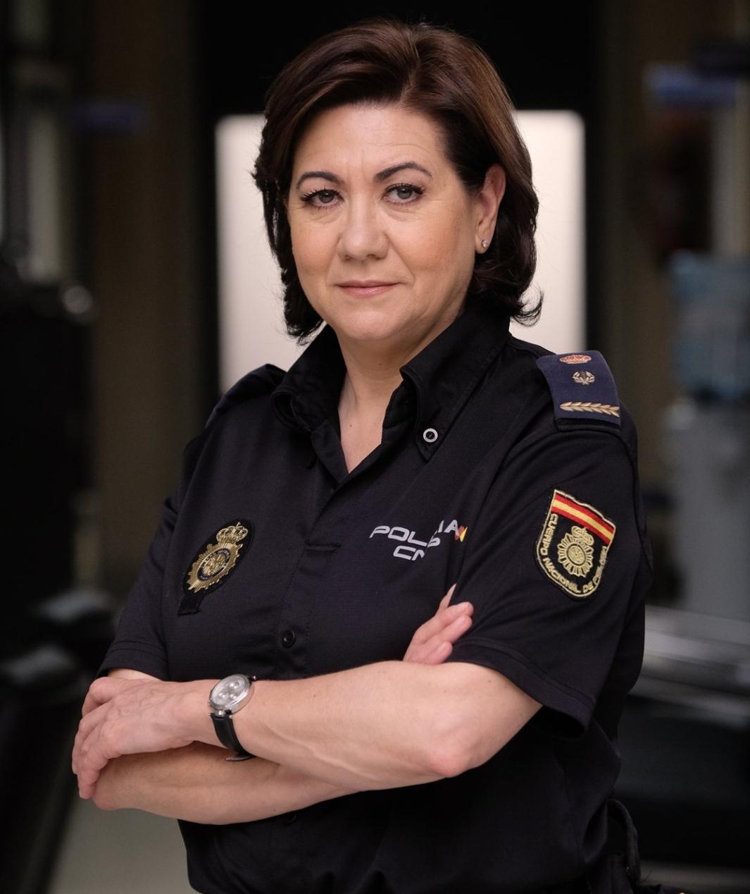 La inspectora jefa Miralles de la serie Servir y Proteger recibe la cruz al mérito policial con distintivo blanco