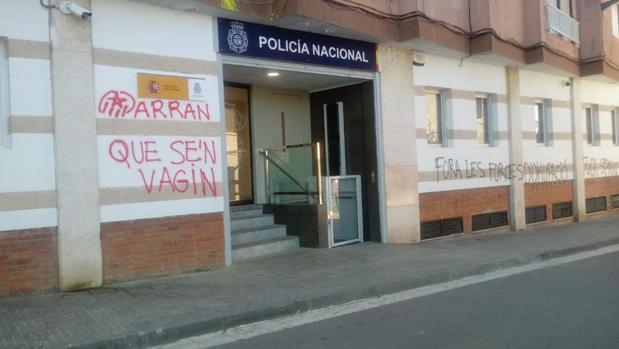 La comisaría de Policía Nacional de Rubí amanece con pintadas independentistas en su fachada