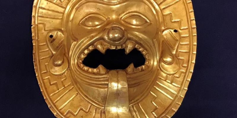 La Policía Nacional interviene una máscara de oro de Tumaco expoliada en Colombia