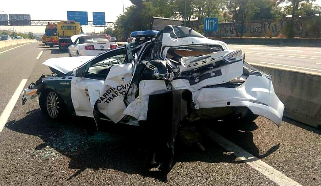 Así quedó un coche de la Guardia Civil de Tráfico tras colisionar un autobús contra él en la A6