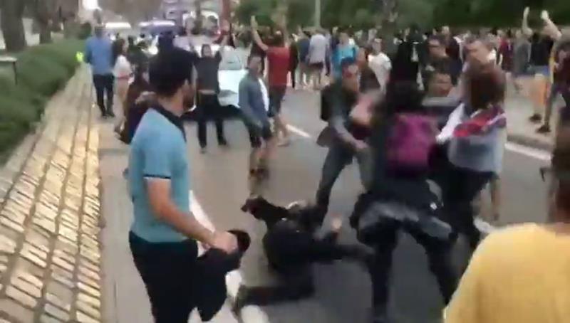El valor del compañerismo: un Guardia Civil de paisano sale en auxilio de una Mossa que estaba siendo agredida