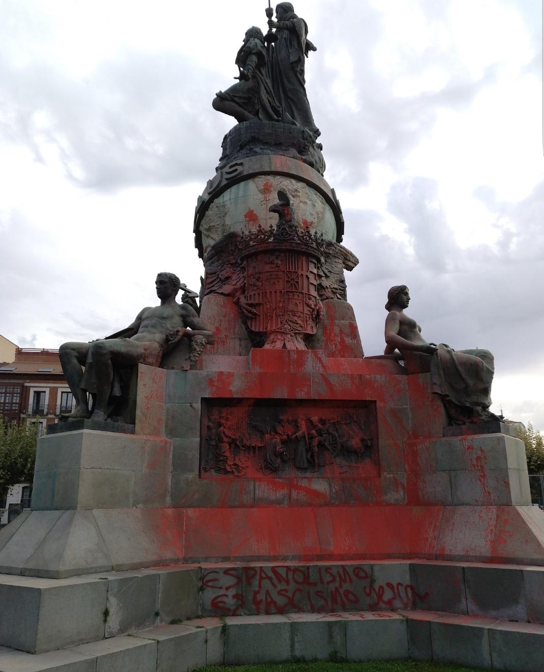 Valladolid amanece el día de la Hispanidad con una pintada vandálica en la estatua de Colón
