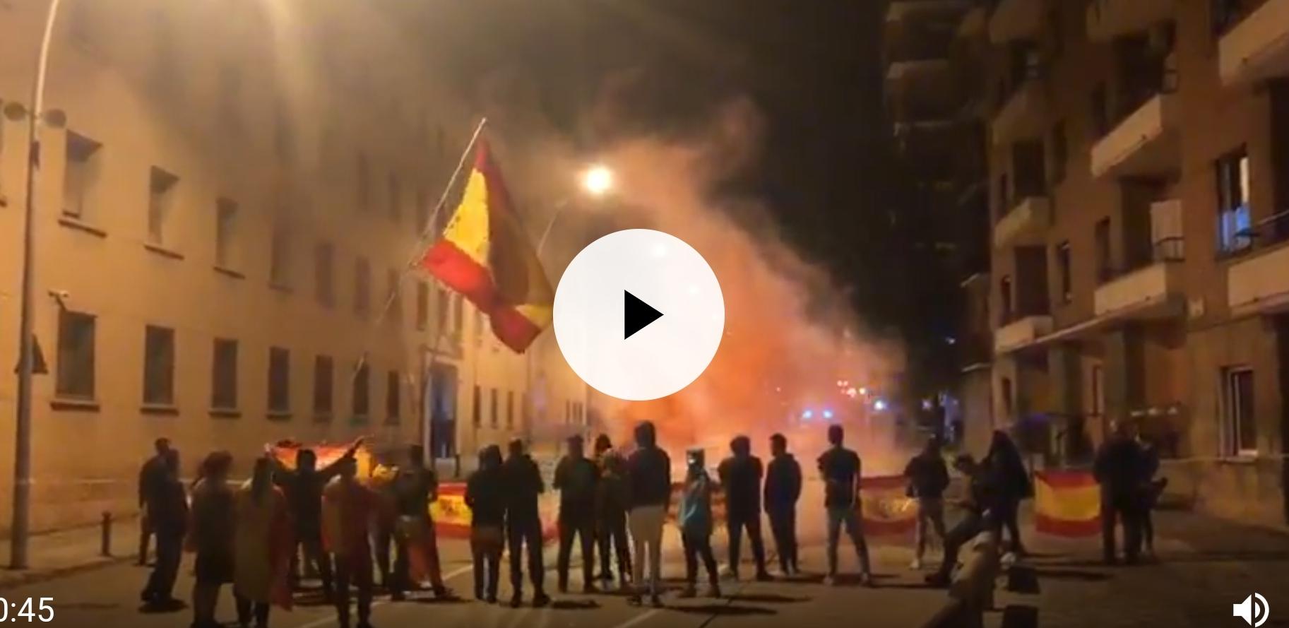 Vecinos de Manresa salen a la calle en defensa de la Guardia Civil tras intentar asaltar el cuartel