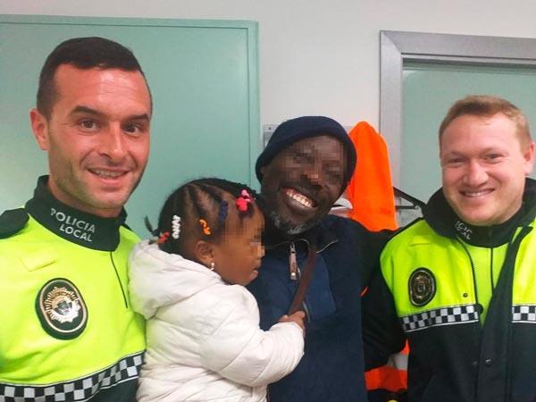 Dos policías locales de Sueca (Valencia) salvan la vida de una niña de dos años