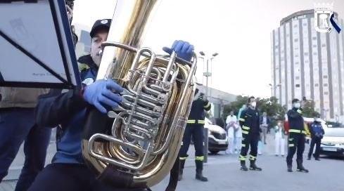 La banda de música de la Policía Municipal de Madrid rinde homenaje a los sanitarios