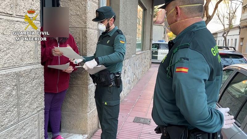 La Guardia Civil reparte cheques comida a familias necesitadas de Sant Vicent del Raspeig