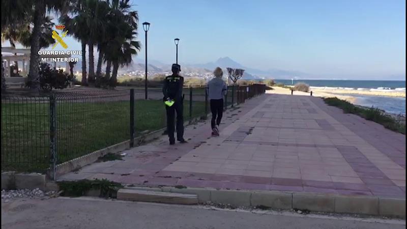 La Guardia Civil sorprende a dos personas haciendo deporte en una playa alicantina