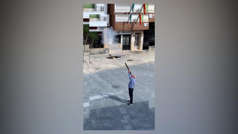 Denunciado por salir a la Plaza Mayor y realizar varios disparos al aire con una escopeta en Malpartida