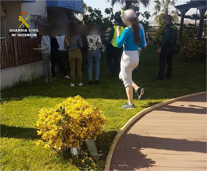 Denunciados siete jóvenes que fueron sorprendidos por la Guardia Civil haciendo una barbacoa en Alicante