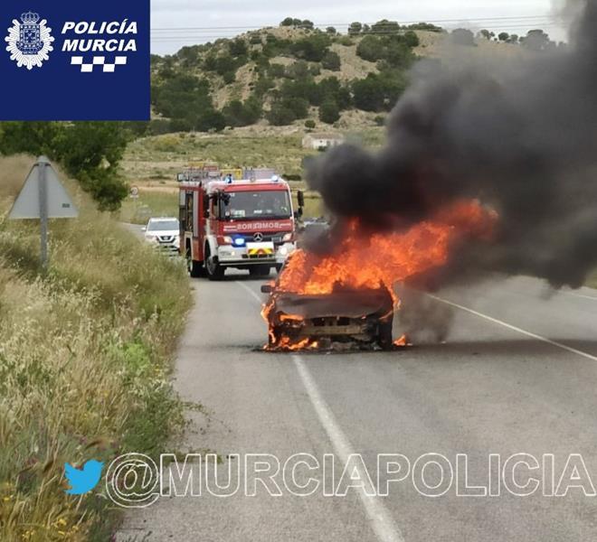 Espectacular incendio de un vehículo en la carretera de Corvera (Murcia)