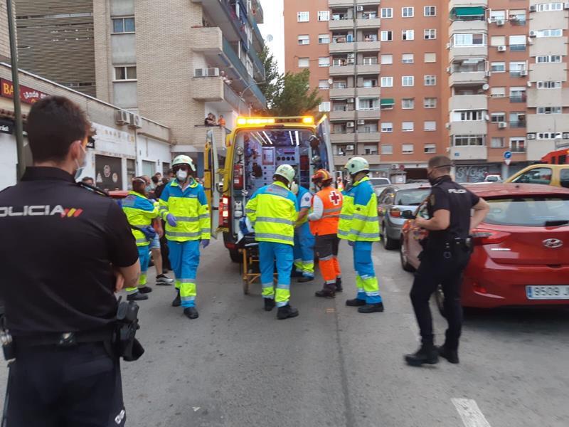 Heridos una niña de 3 años y sus padres tras caerles una chimenea en una calle de Móstoles