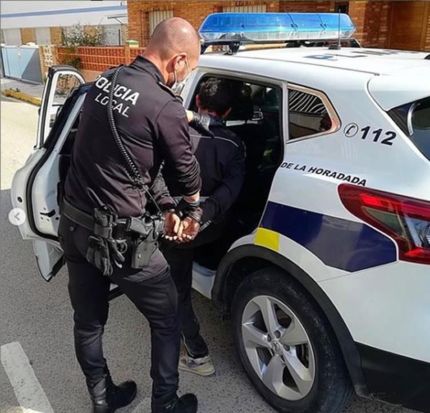Sorprendidos por la Policía Local mientras robaban en un domicilio de Pilar de la Horadada (Alicante)