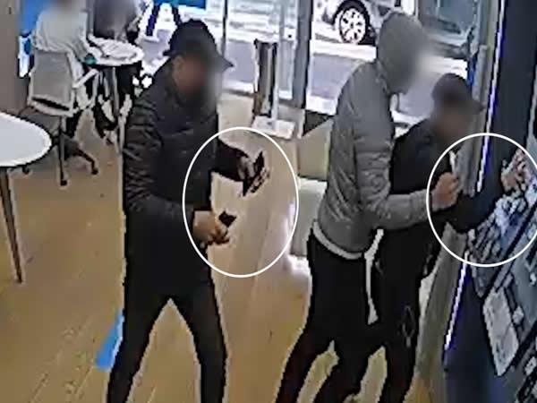 Detenidas dos personas por cinco robos con violencia en tiendas de telefonía
