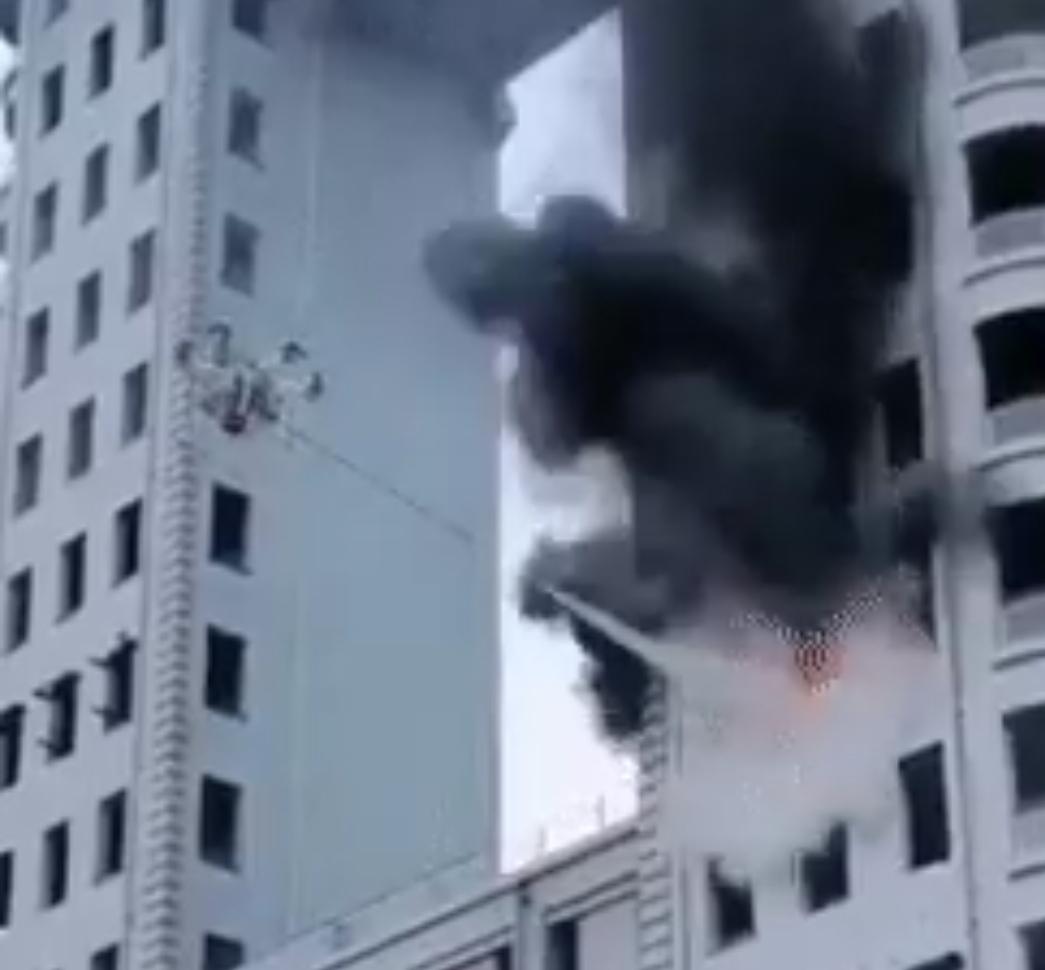 VÍDEO: Emplean un dron bombero para apagar un incendio de un edificio