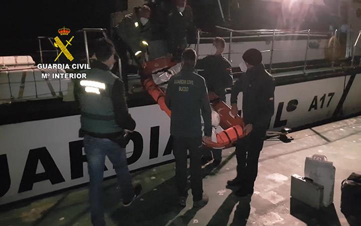 Rescate en el mar del cuerpo del ocupante de una avioneta siniestrada y la retirada de los restos del aparato