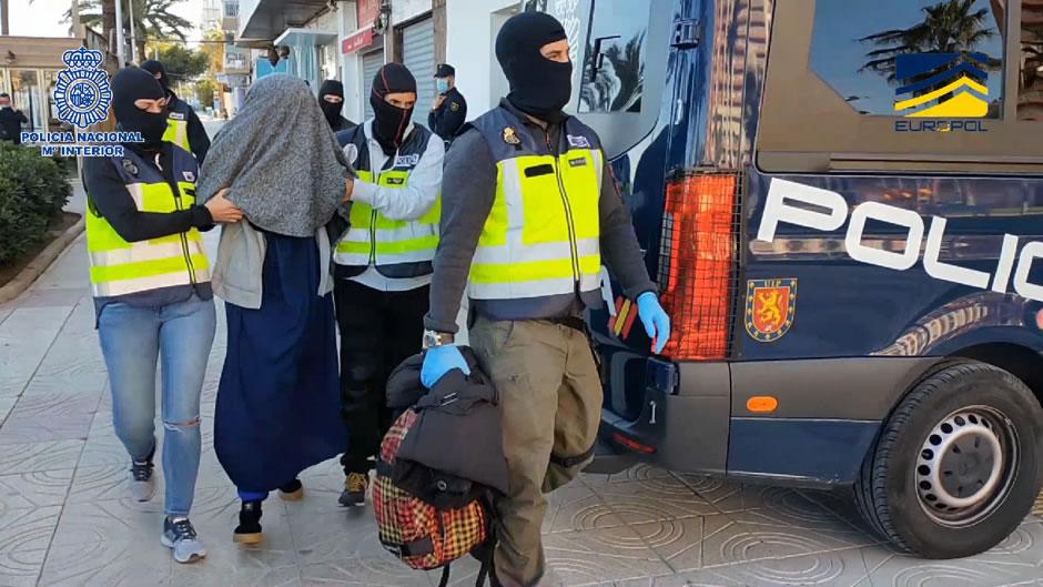 La Policía Nacional detiene en Valencia a una joven española que planeaba viajar a Siria para unirse a DAESH