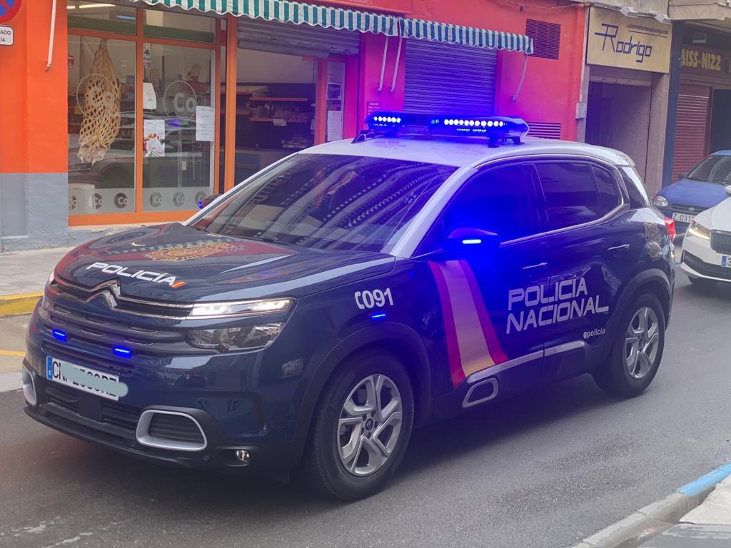 Una patrulla de la Policía Nacional de Valencia reanima a una niña de dos años