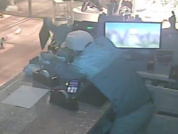 A prisión un ladrón tras caerse del falso techo donde estaba escondido cuando entró a robar en una pastelería