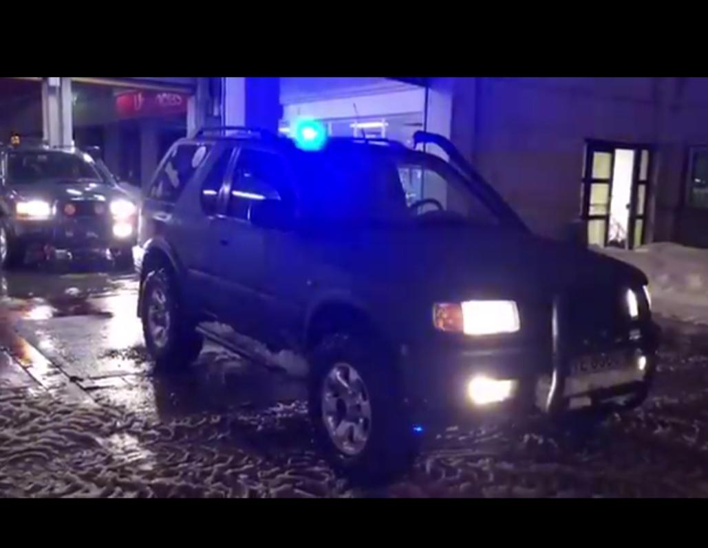 Policías fuera de servicio salen a la calle con sus todoterrenos para ayudar a la gente