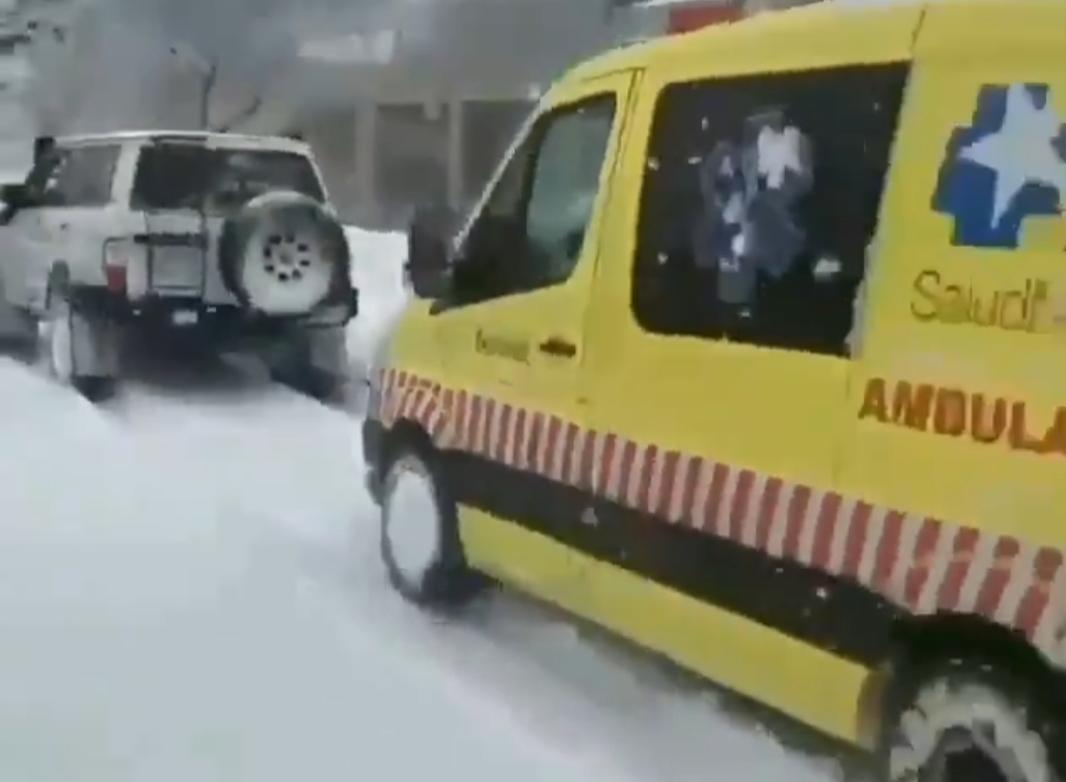 Rescatan a una ambulancia para que pudiera llegar al hospital con un enfermo