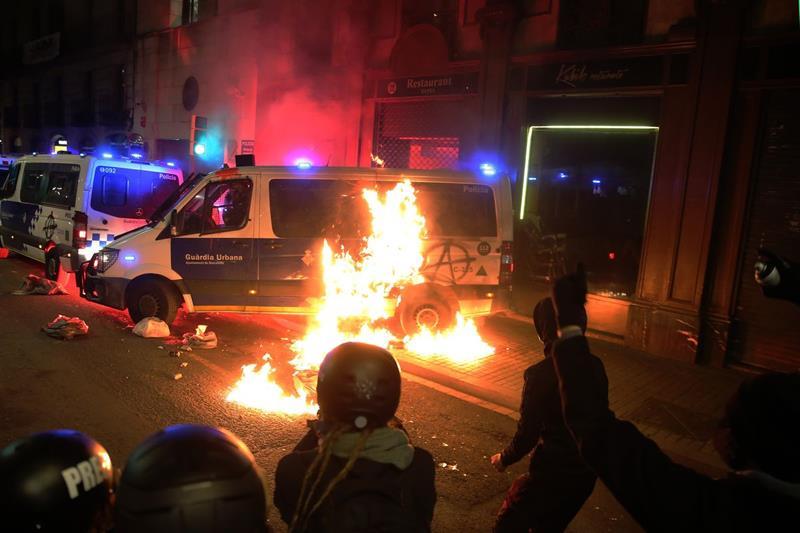Detenidas las ocho personas que participaron en la quema del furgón de la policía en Barcelona