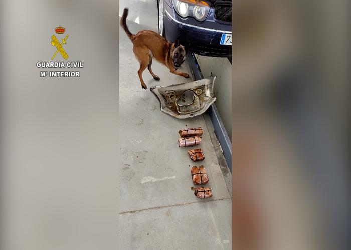 Intervenidos 2 kilos de coca a una mujer ocultos en el cárter de un coche de alta gama en Huelva