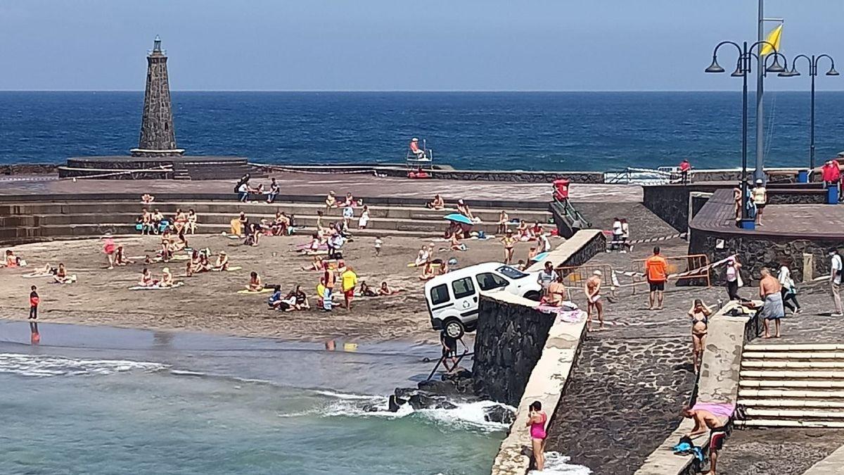 Una furgoneta mal frenada se precipita y atropella a una joven en Tenerife