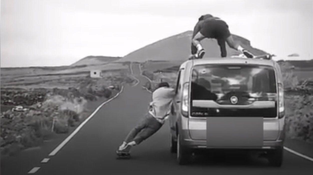 Se suben bailando en el techo de una furgoneta en marcha en una carretera de Arrecife
