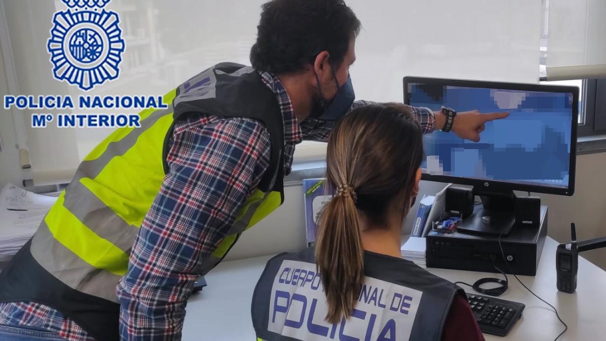 La Policía Nacional detiene a un profesor por acosar a sus alumnas a través de las redes sociales