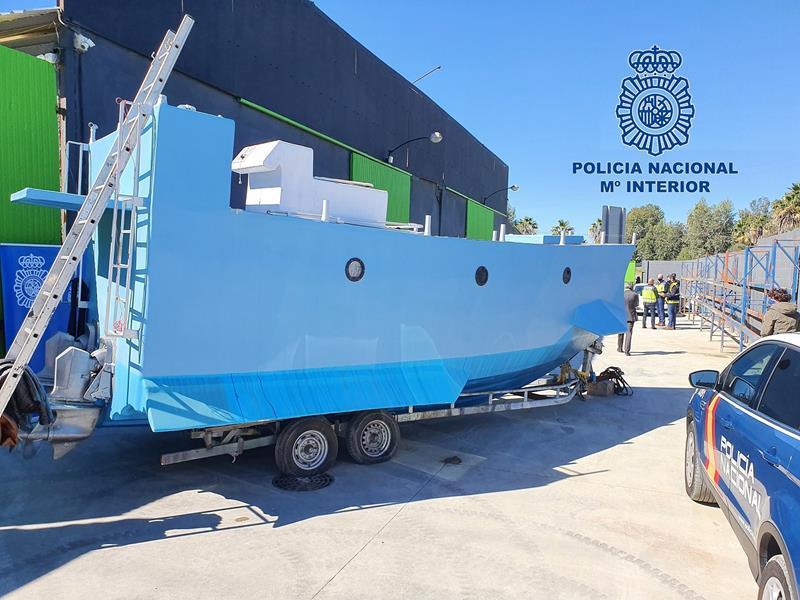 La policía interviene la primera embarcación semisumergible localizada en España preparada para el tráfico de drogas