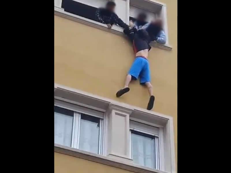Los Mossos salvan la vida de un hombre a punto de precipitarse en Manresa