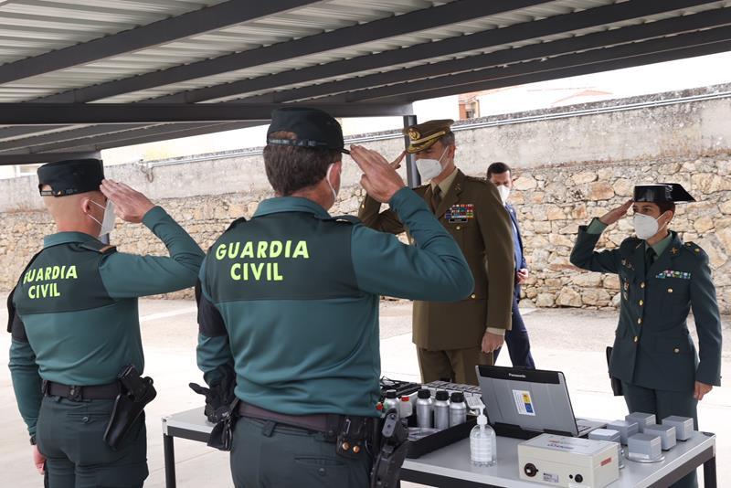 El Rey visita a la Guardia Civil de la localidad cacereña de Valencia de Alcántara