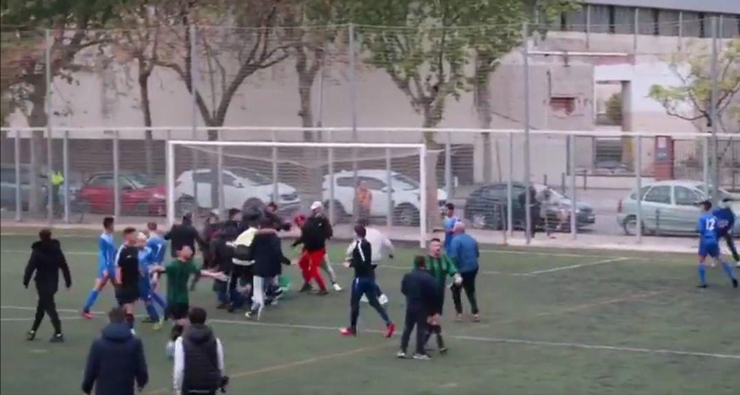 Brutal pelea en un partido de fútbol entre el Bon Pastor y el Carmelo