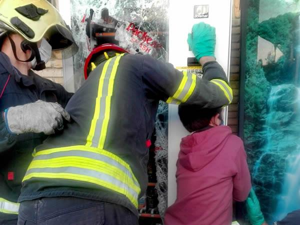 Los bomberos liberan a un niño tras quedar su mano atrapada en una máquina expendedora