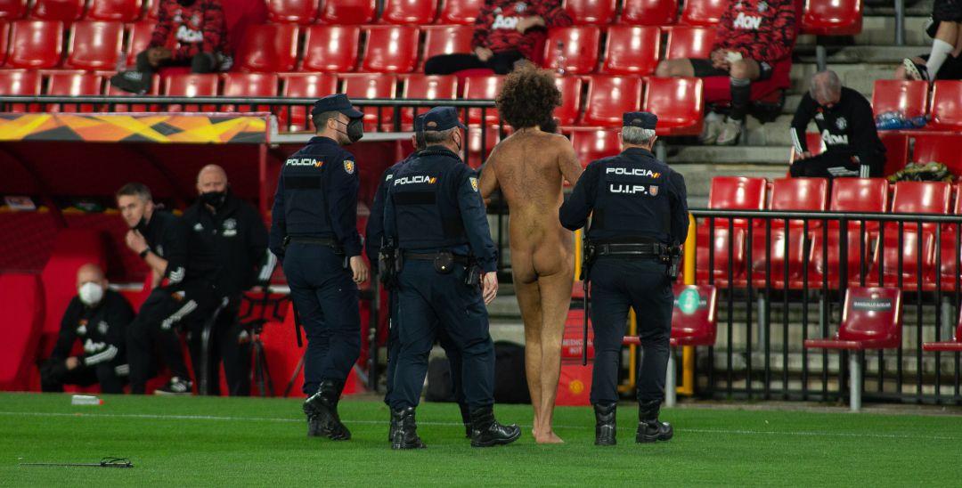 Un espontáneo desnudo se cuela en el partido de fútbol que enfrentaba al Granada contra el Manchester