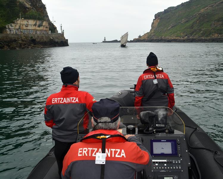 Rescatan a dos tripulantes de una embarcación encallada en el puerto de Santurtzi