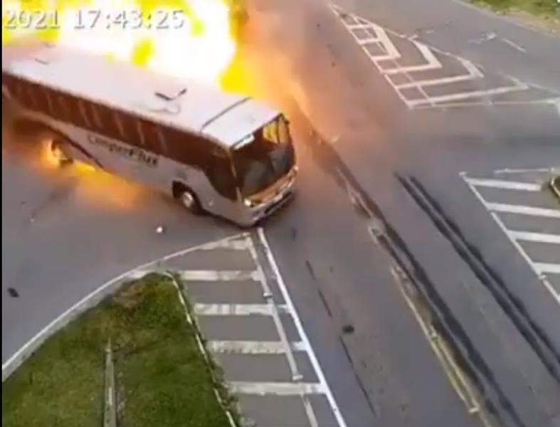 Brutal accidente con incendio entre un camión, un coche y un autobús