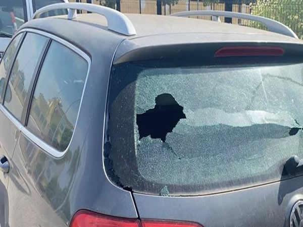 Un niño rompe el cristal de un coche y deja una nota ejemplar al propietario