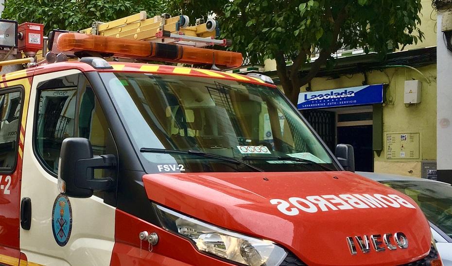 Arden cinco vehículos en un garaje de un bloque de viviendas incendiado en Sevilla