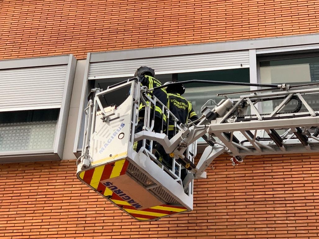 Los bomberos rescatan a 13 personas por la fachada al incendiarse  un edificio del Puente de Vallecas