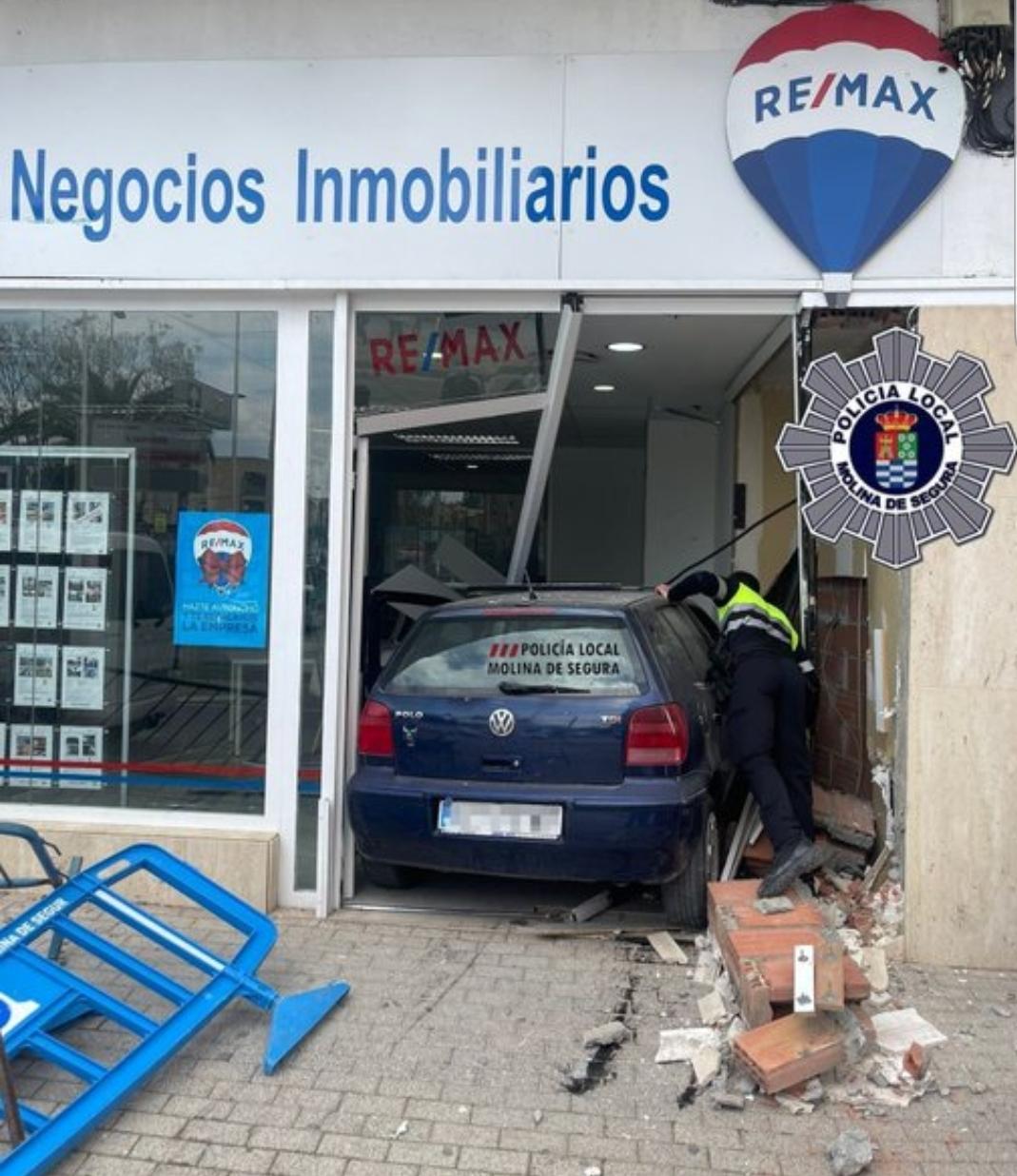 Mete su coche dentro de una inmobiliaria en Molina de Segura