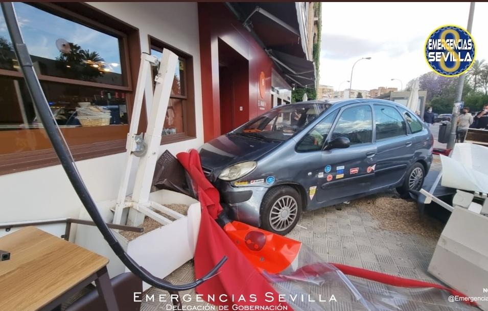 Cuatro heridos al estamparse un coche en la terraza de un bar de Sevilla