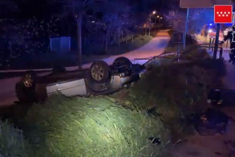 Aparatoso accidente con un herido tras volcar su vehículo en Collado Villalba