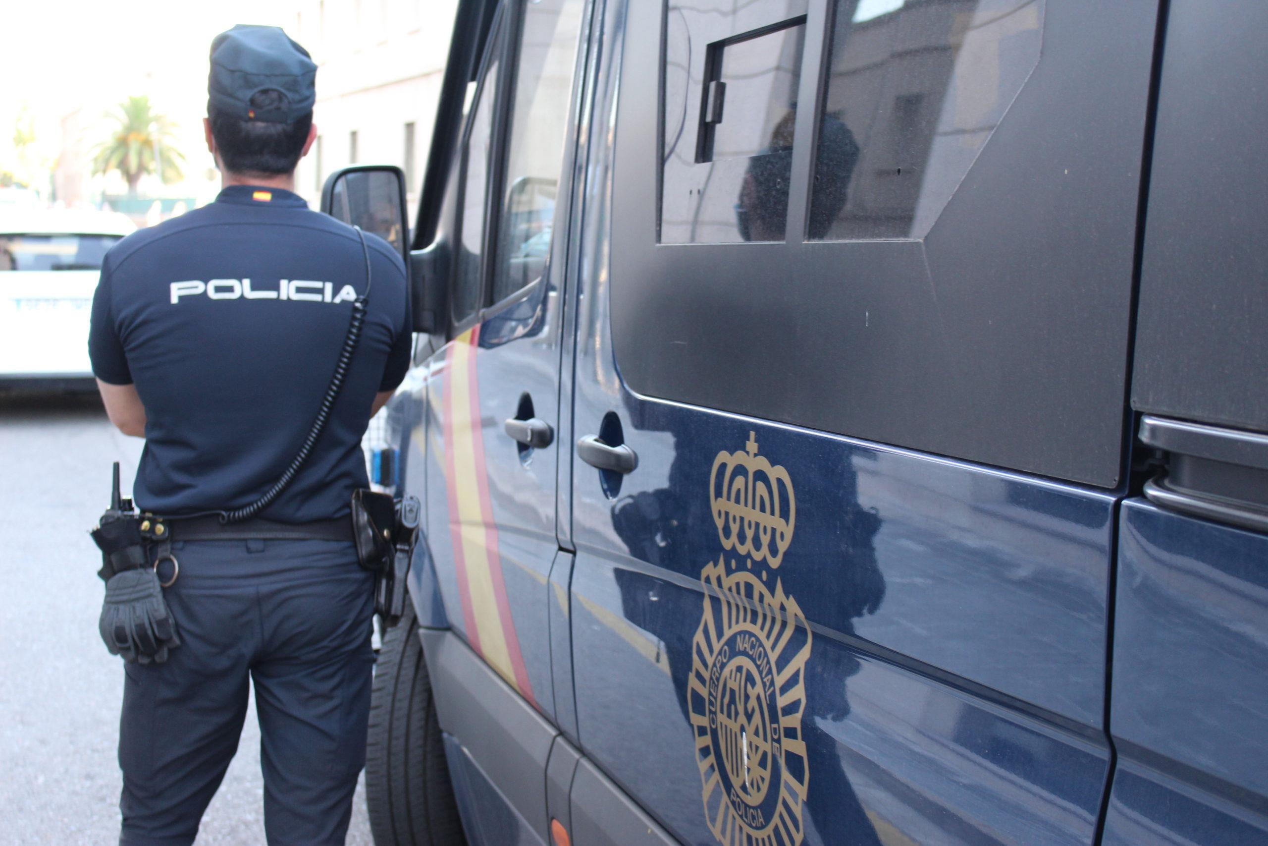Le propina dos puñetazos a un policía nacional de Valencia al pedirle que se ponga la mascarilla