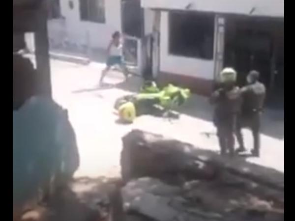Ejemplo efectivo del uso del táser: una mujer agresiva se dirige a los policías con un cuchillo en la mano